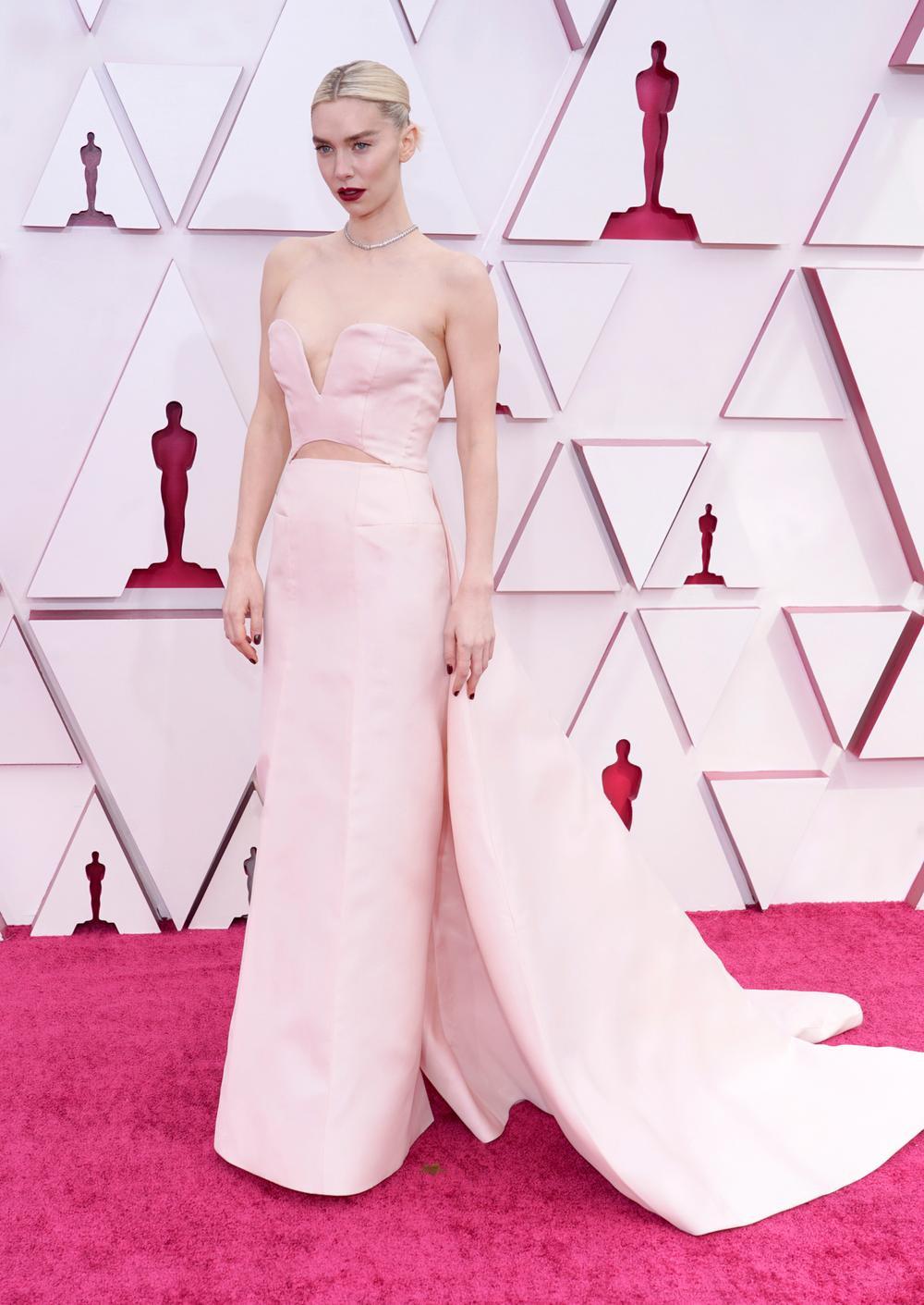 Thảm đỏ Oscar 2021: Lóa mắt với những bộ đầm lộng lẫy của dàn sao Hollywood đình đám Ảnh 9