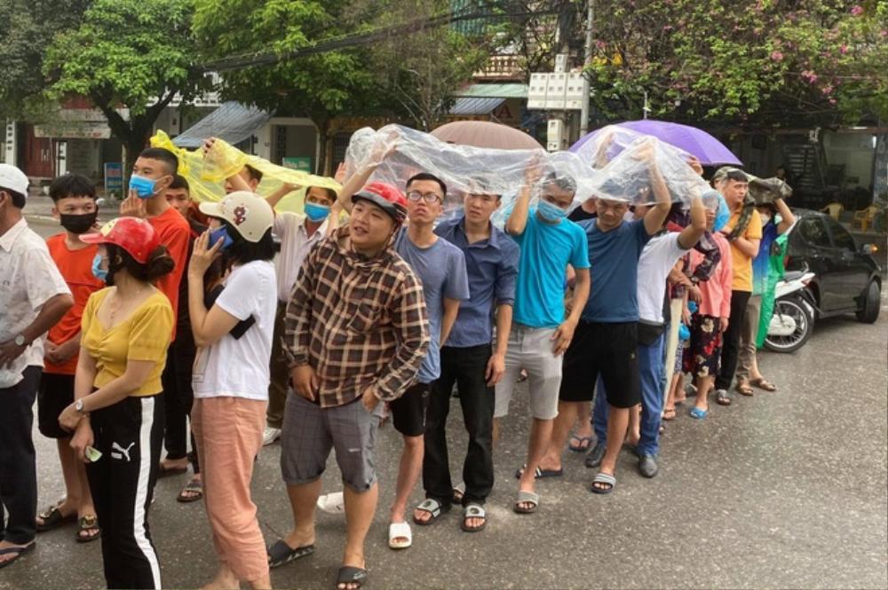 Người hâm mộ Thanh Hóa bỏ việc, đội mưa vì yêu HAGL của bầu Đức Ảnh 1