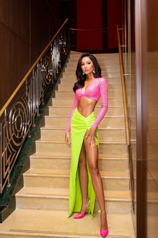 H'Hen Niê - Hoàng Thùy - Thúy Vân - Kim Duyên rạng rỡ đến cổ vũ Khánh Vân chinh chiến Miss Universe 2020 Ảnh 10