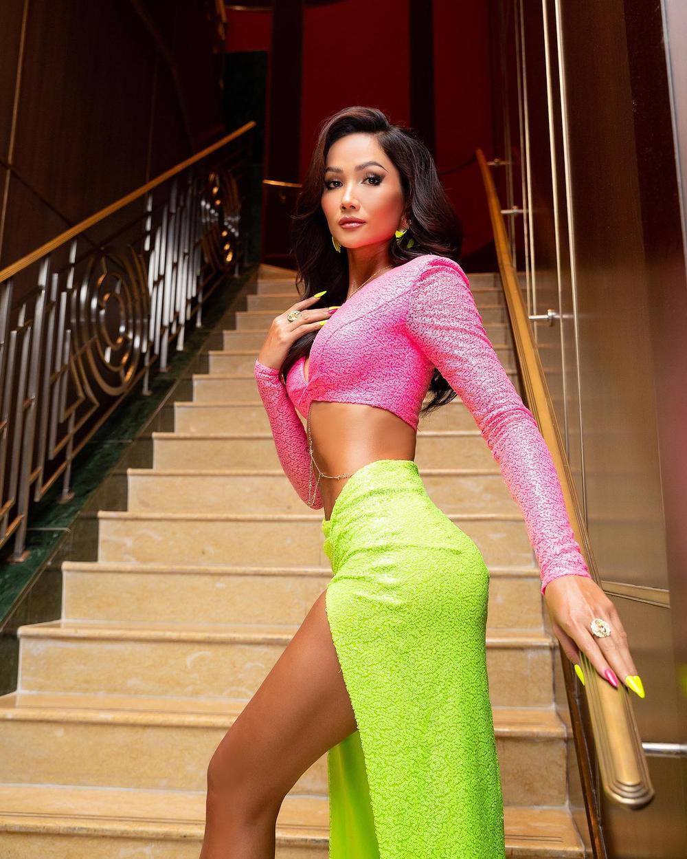 Hoa hậu H'Hen Niê diện váy xẻ cao cực hiểm, fan giật mình thon thót theo từng nhịp chân Ảnh 2