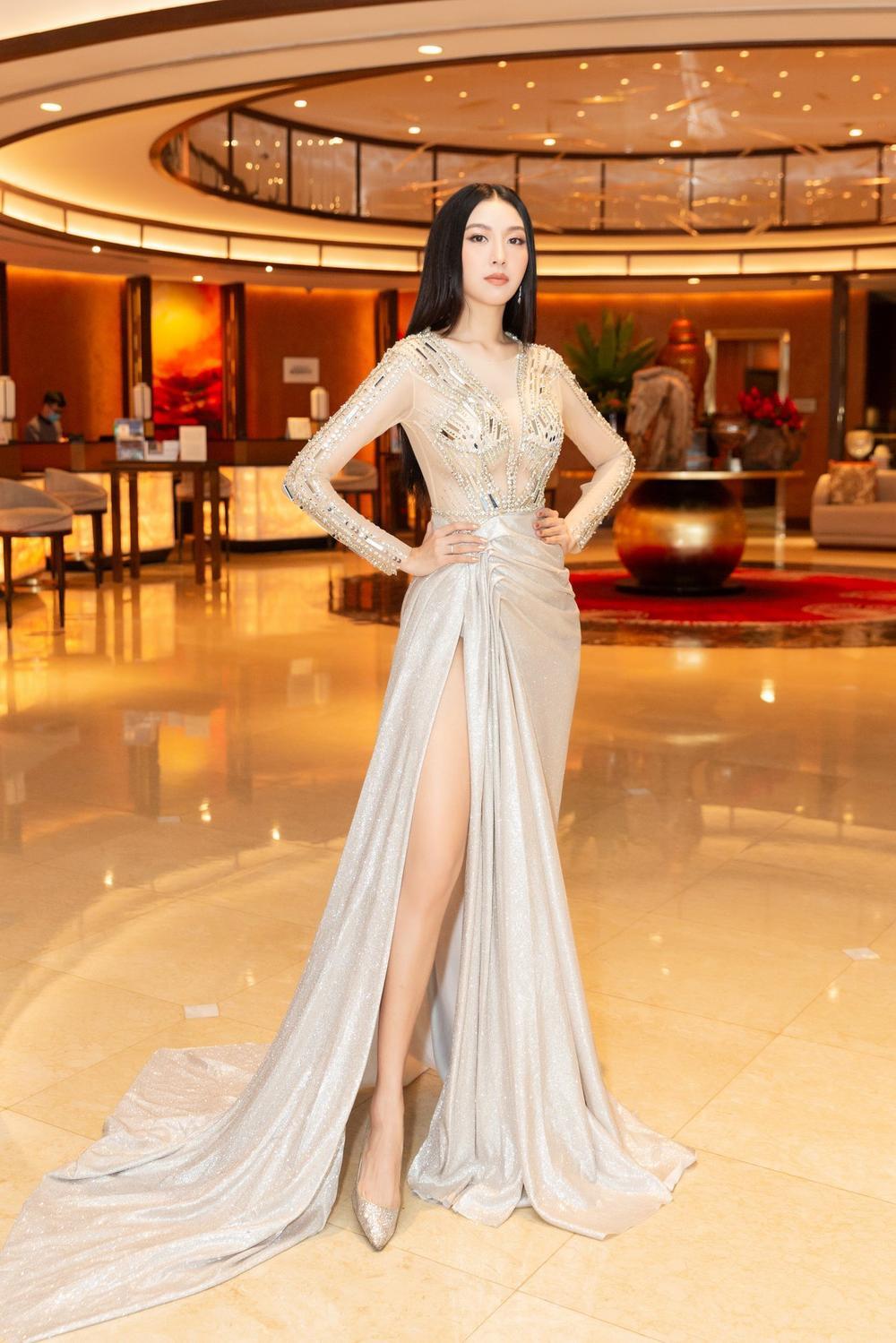 Á hậu Thúy Vân bùng nổ 'nhan sắc' khi diện váy xuyên thấu đẹp hoàn hảo Ảnh 2