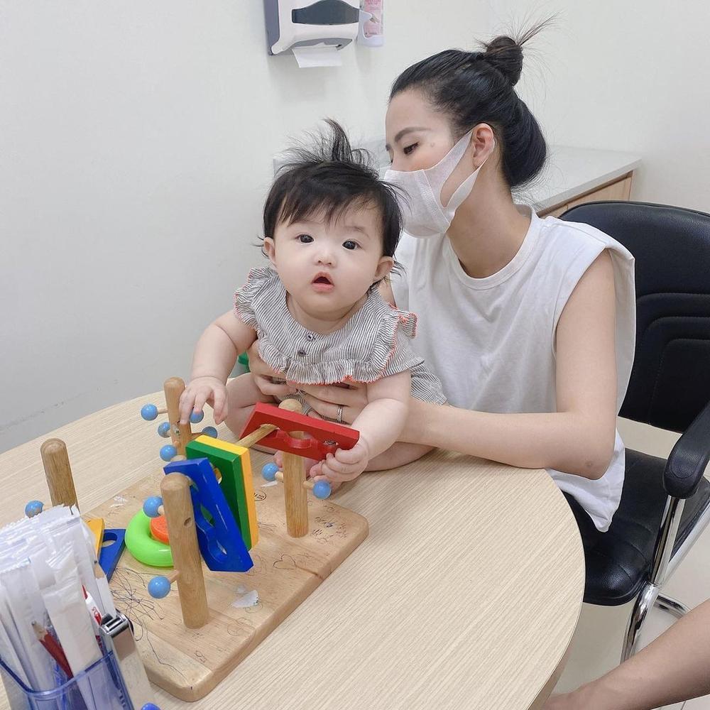 Đông Nhi tự hào khoe con gái 6 tháng tuổi tiêm ngừa ngoan và dũng cảm Ảnh 1
