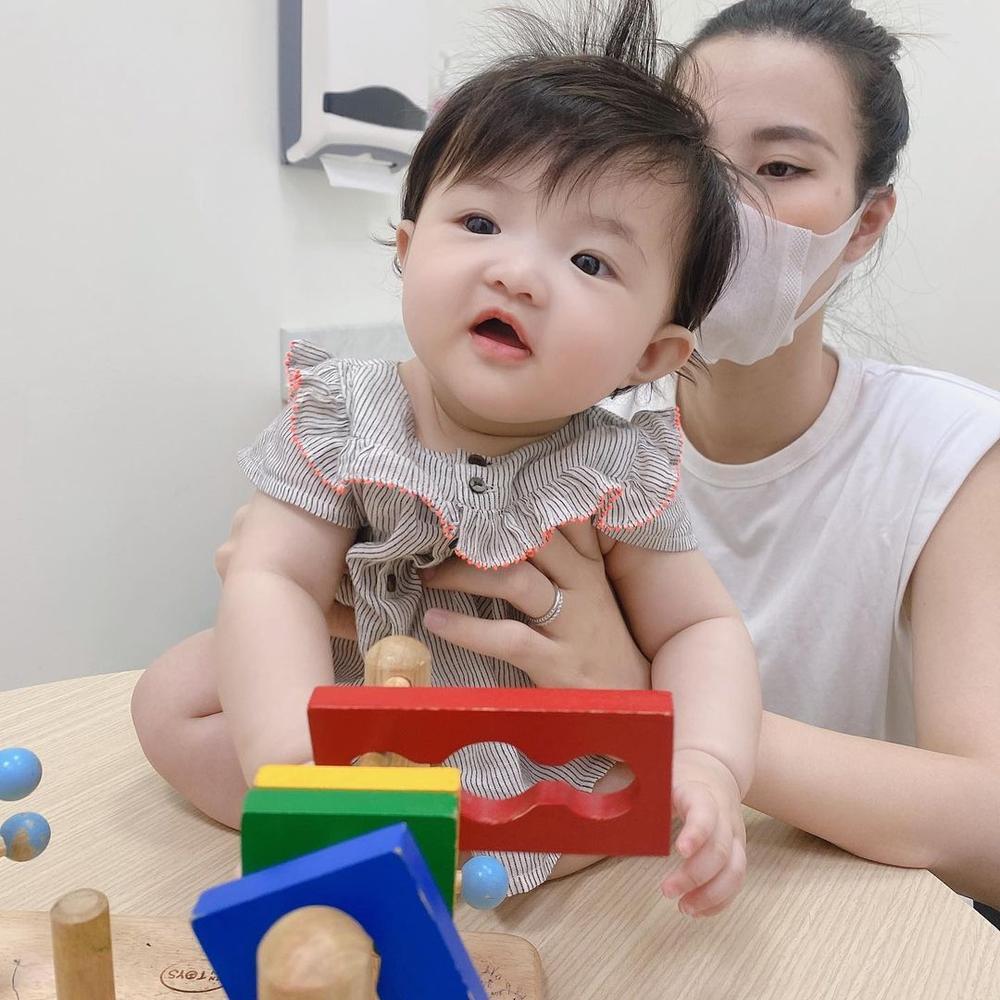 Đông Nhi tự hào khoe con gái 6 tháng tuổi tiêm ngừa ngoan và dũng cảm Ảnh 7