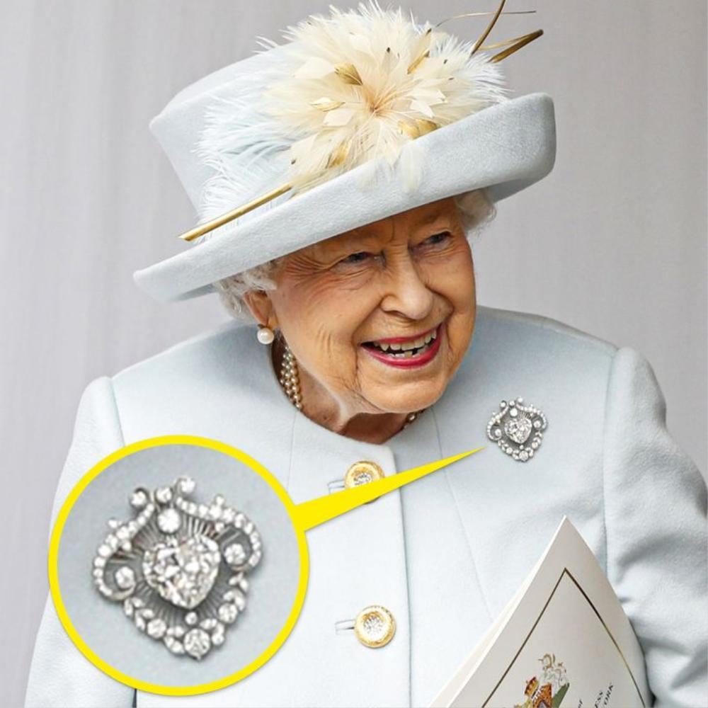 Bí ẩn tủ đồ Hoàng gia: Ý nghĩa hoa cài áo của phụ nữ Hoàng gia Anh Ảnh 6