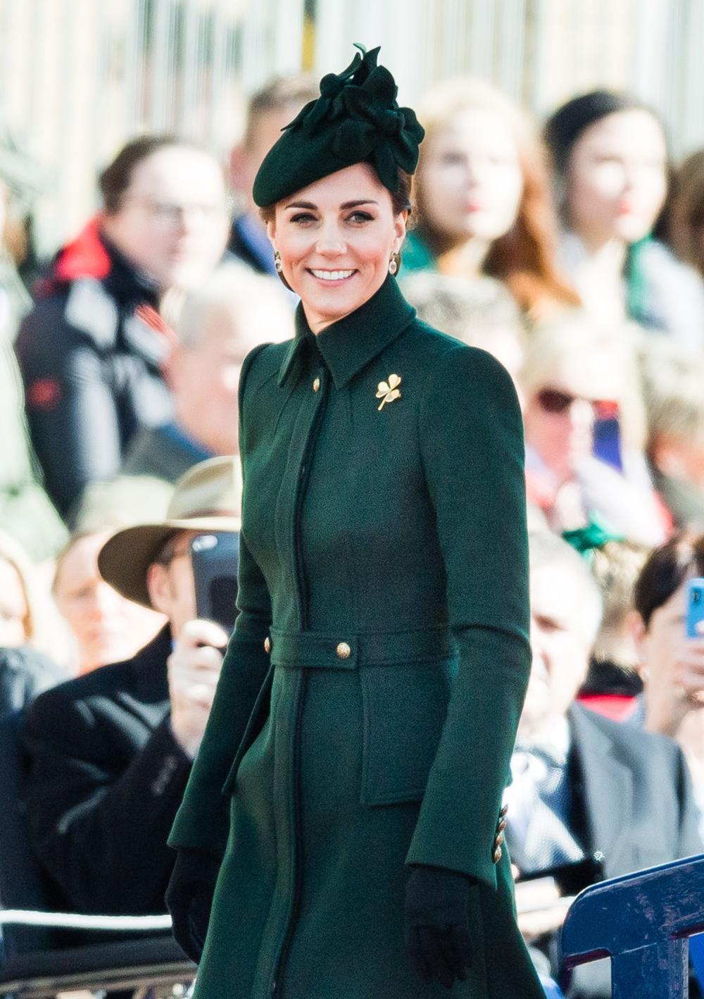 Bí ẩn tủ đồ Hoàng gia: Ý nghĩa hoa cài áo của phụ nữ Hoàng gia Anh Ảnh 12