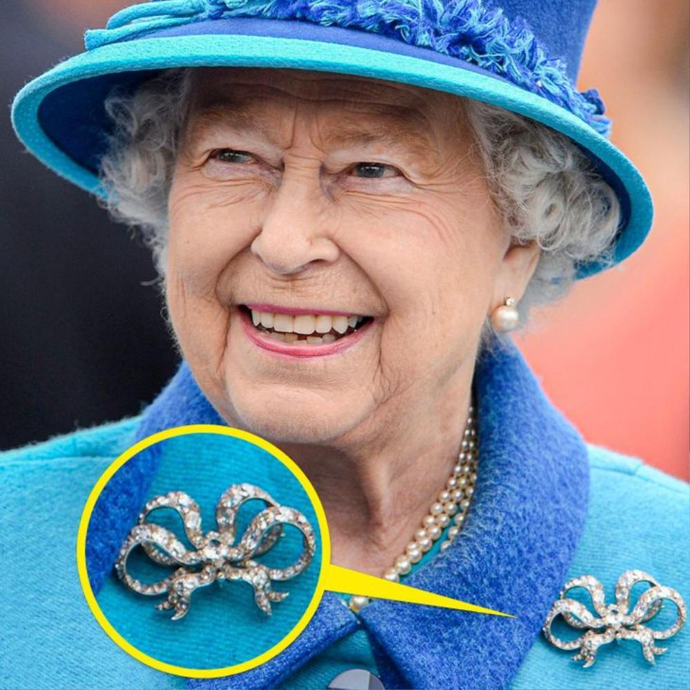 Bí ẩn tủ đồ Hoàng gia: Ý nghĩa hoa cài áo của phụ nữ Hoàng gia Anh Ảnh 4