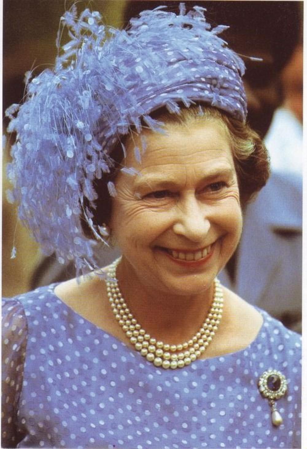 Bí ẩn tủ đồ Hoàng gia: Ý nghĩa hoa cài áo của phụ nữ Hoàng gia Anh Ảnh 2