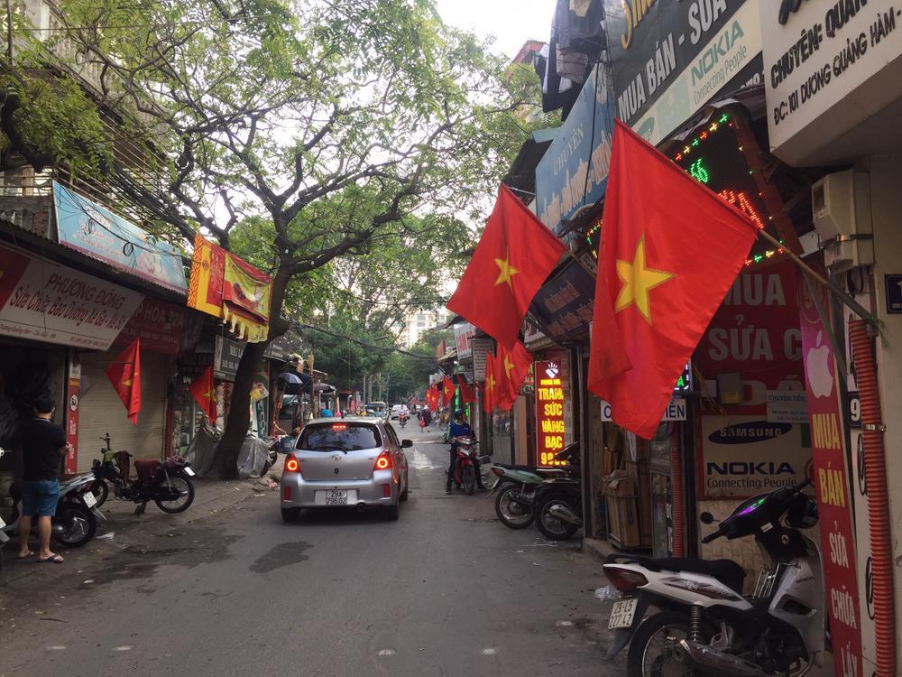 Việt Nam trong tim ta: Rực rỡ cờ đỏ sao vàng trên từng mái nhà góc phố Ảnh 1