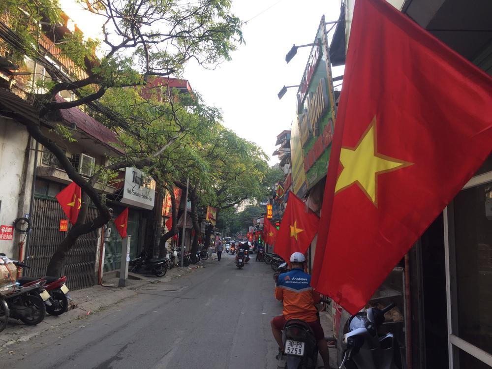 Việt Nam trong tim ta: Rực rỡ cờ đỏ sao vàng trên từng mái nhà góc phố Ảnh 2