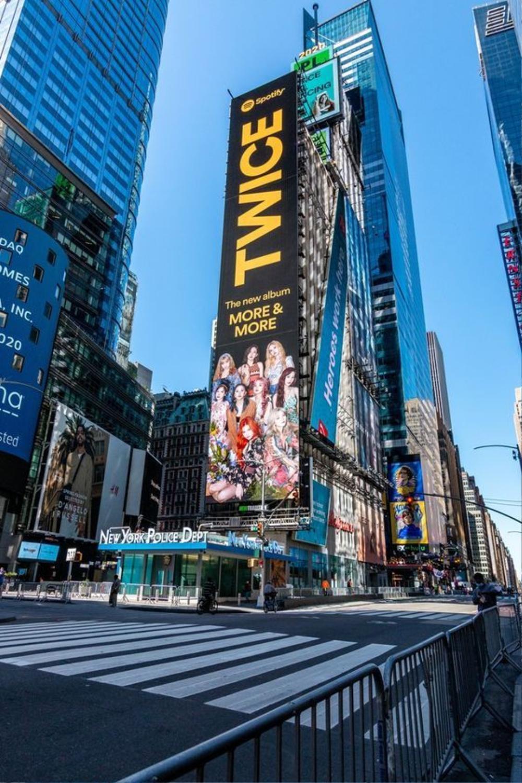 Bích Phương khiến fan tự hào khi xuất hiện trên biển quảng cáo tại Quảng trường Thời đại danh giá Ảnh 5