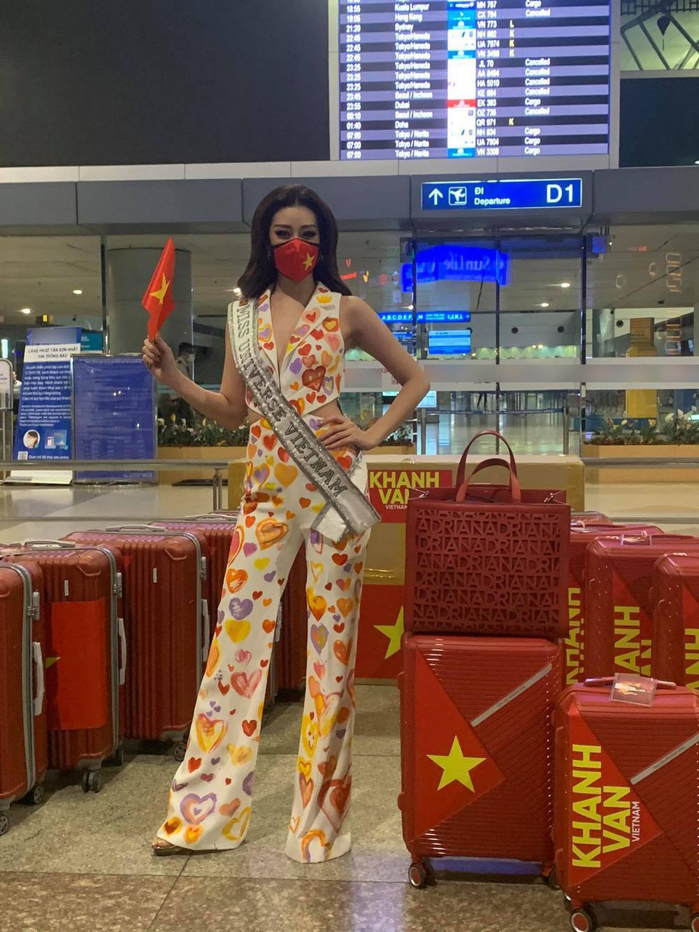 Khánh Vân diện bộ suit 'Triệu trái tim Việt Nam sang Mỹ: Gây 'chấn động' với 15 vali hành lý! Ảnh 5