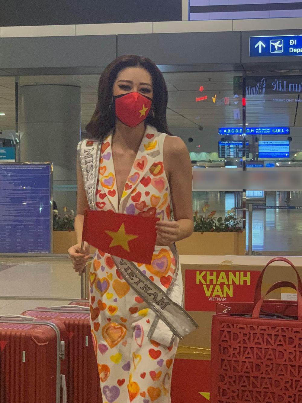 Khánh Vân diện bộ suit 'Triệu trái tim Việt Nam sang Mỹ: Gây 'chấn động' với 15 vali hành lý! Ảnh 4