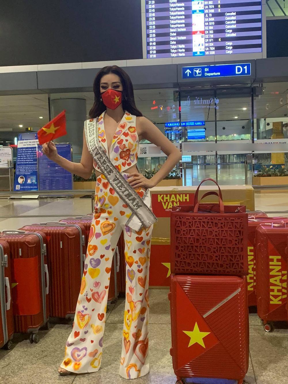 Khánh Vân diện bộ suit 'Triệu trái tim Việt Nam sang Mỹ: Gây 'chấn động' với 15 vali hành lý! Ảnh 3