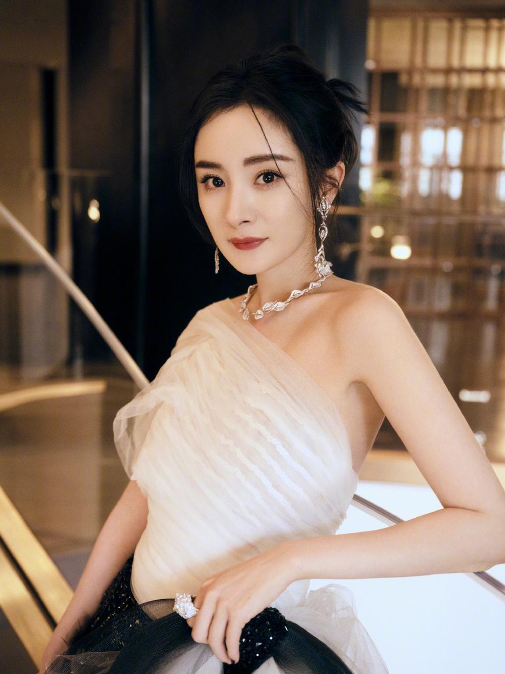 Top 10 sao Cbiz ảnh hưởng nhất MXH tháng 4: Dương Mịch bám sát Tiêu Chiến, Lộc Hàm - Cung Tuấn tụt hạng Ảnh 2