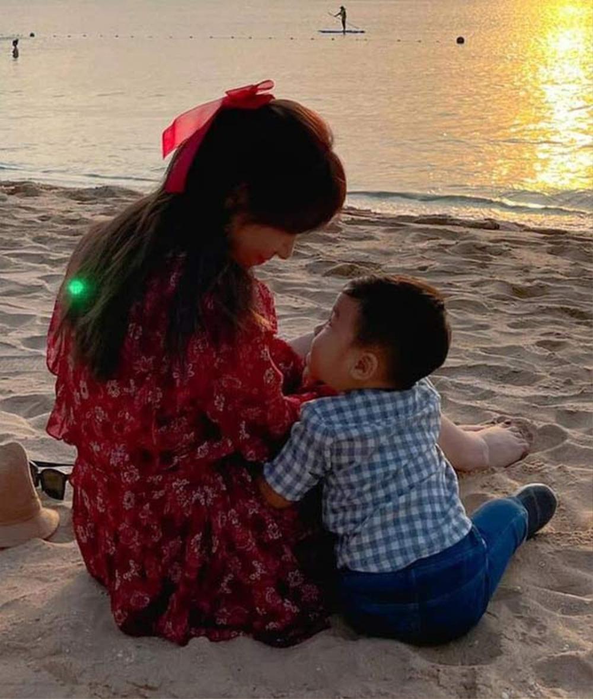 Dù đeo khẩu trang, con trai Hoà Minzy vẫn lộ nét giống hệt bố đại gia Ảnh 2