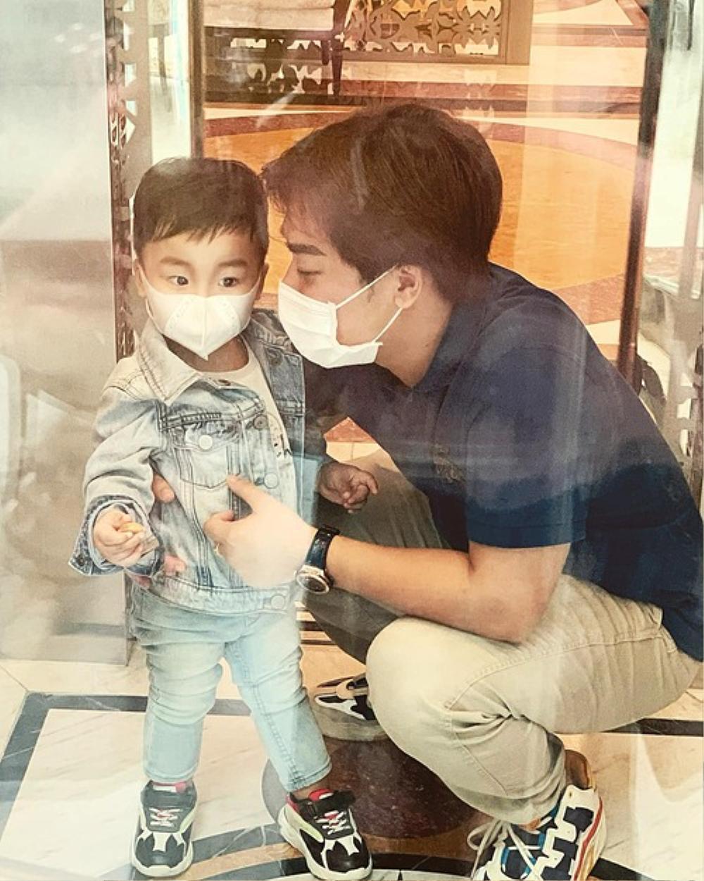 Dù đeo khẩu trang, con trai Hoà Minzy vẫn lộ nét giống hệt bố đại gia Ảnh 1