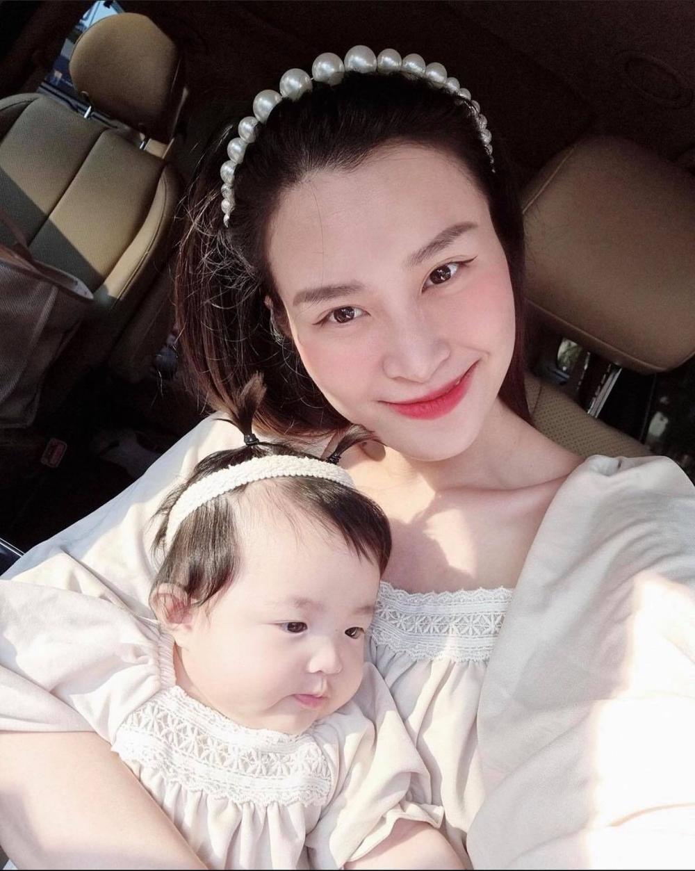 'Bớt tạo nét' tinh nghịch, bê Winnie hóa công chúa dịu dàng, diện đồ đôi cực xinh với mẹ Đông Nhi Ảnh 3