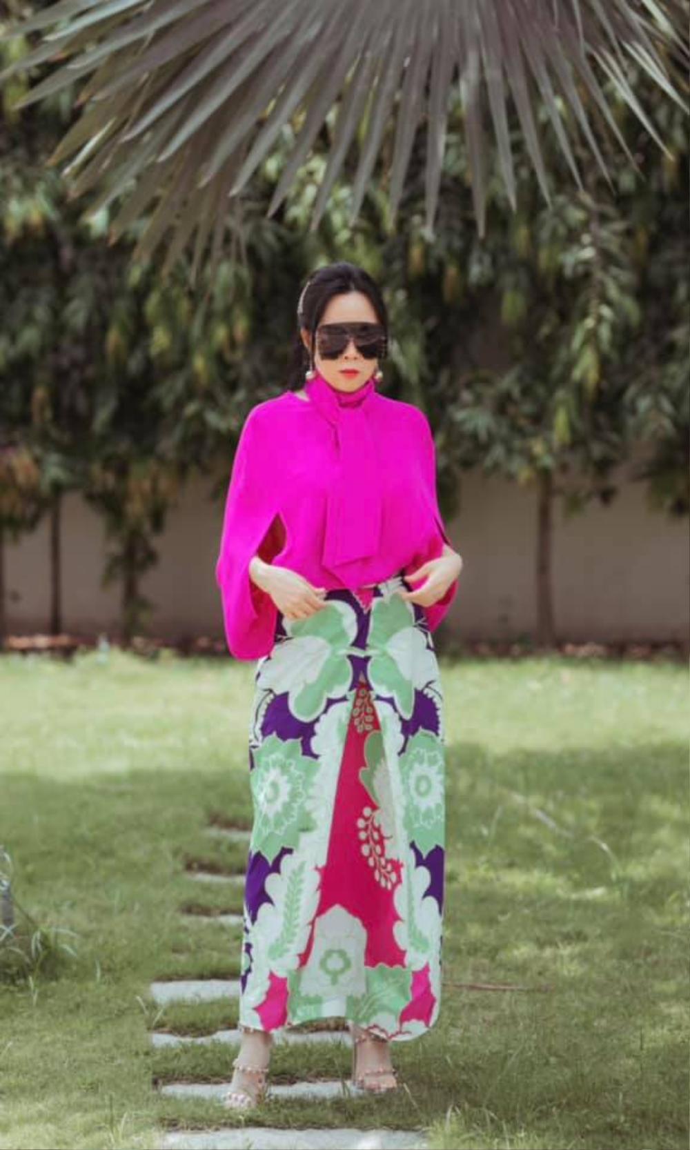 Phượng Chanel diện set đồ chói mắt cùng chiếc kính mát 'khổng lồ' đi dạo phố Ảnh 1