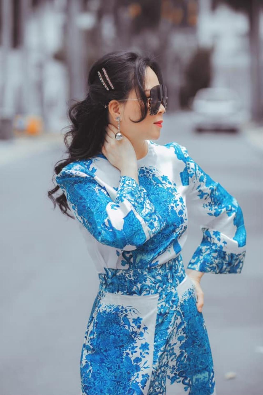 Phượng Chanel diện set đồ chói mắt cùng chiếc kính mát 'khổng lồ' đi dạo phố Ảnh 7