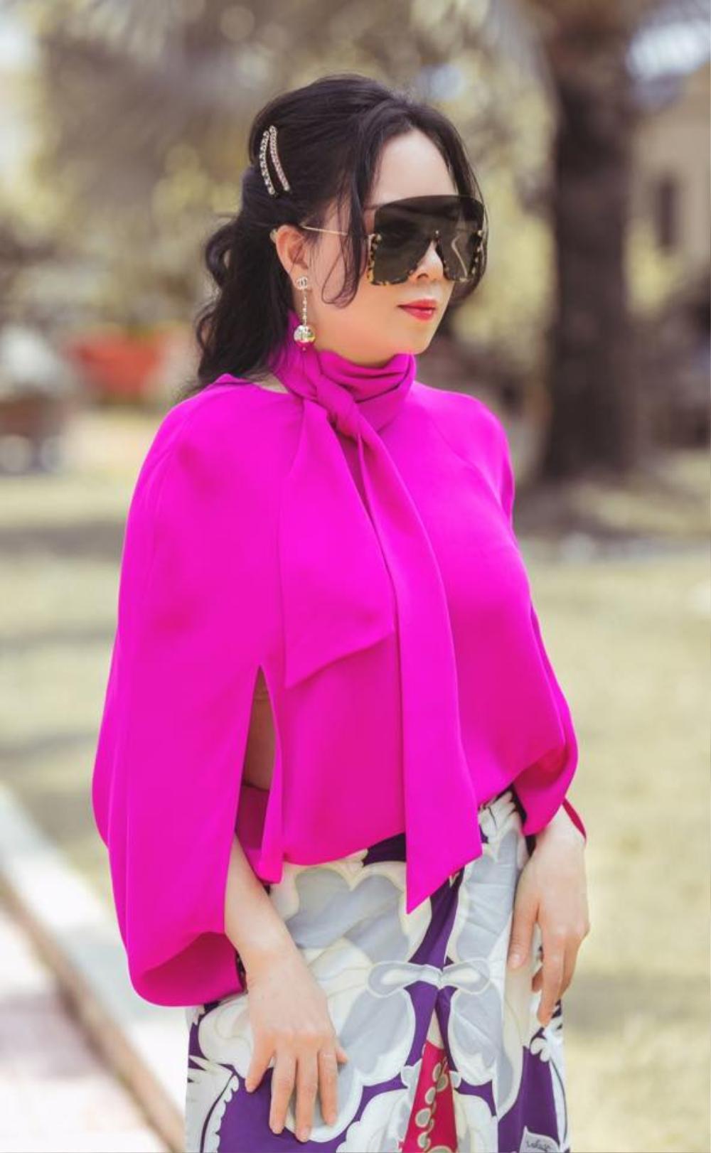 Phượng Chanel diện set đồ chói mắt cùng chiếc kính mát 'khổng lồ' đi dạo phố Ảnh 3