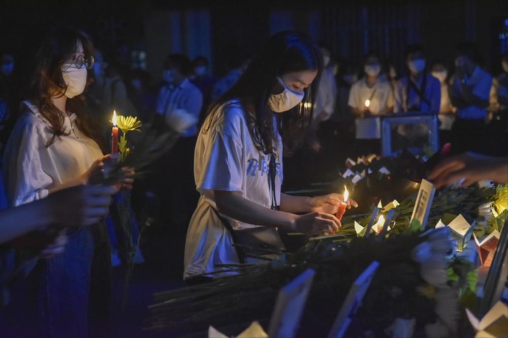 Xúc động lễ tưởng niệm nam sinh viên quên mình cứu 3 nữ sinh đuối nước: 'Thương lắm Nhã ơi' Ảnh 3