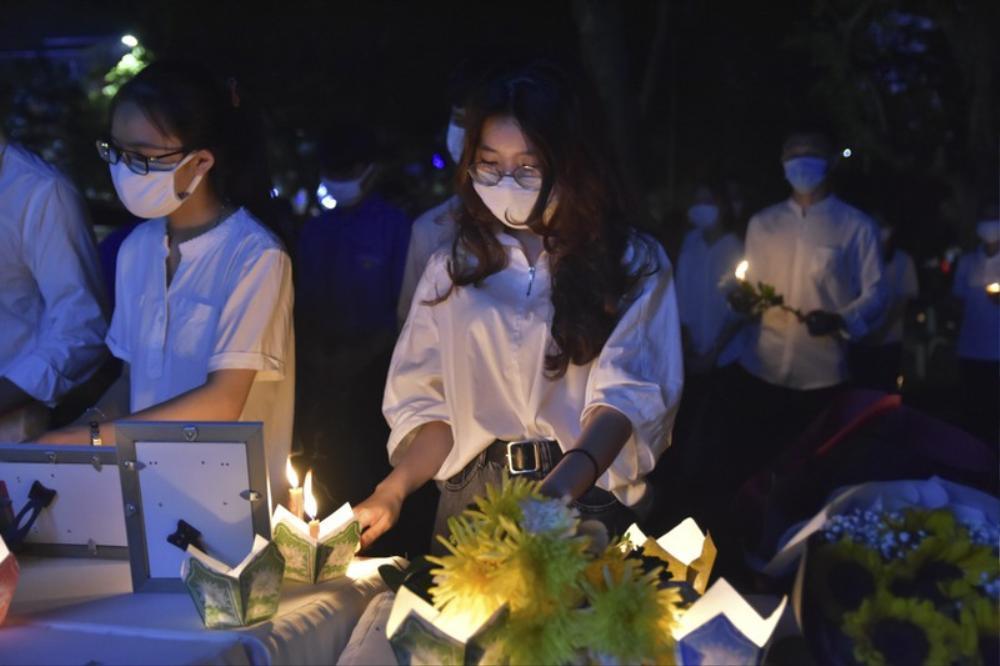 Xúc động lễ tưởng niệm nam sinh viên quên mình cứu 3 nữ sinh đuối nước: 'Thương lắm Nhã ơi' Ảnh 5