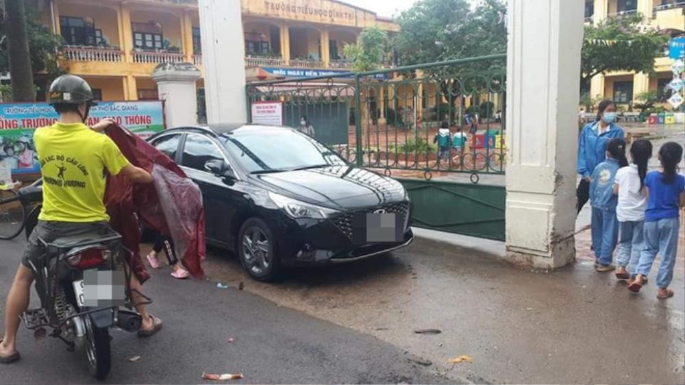 Tài xế ô tô đậu xe chắn ngang cổng chính trường học khiến nhiều người ngao ngán Ảnh 1