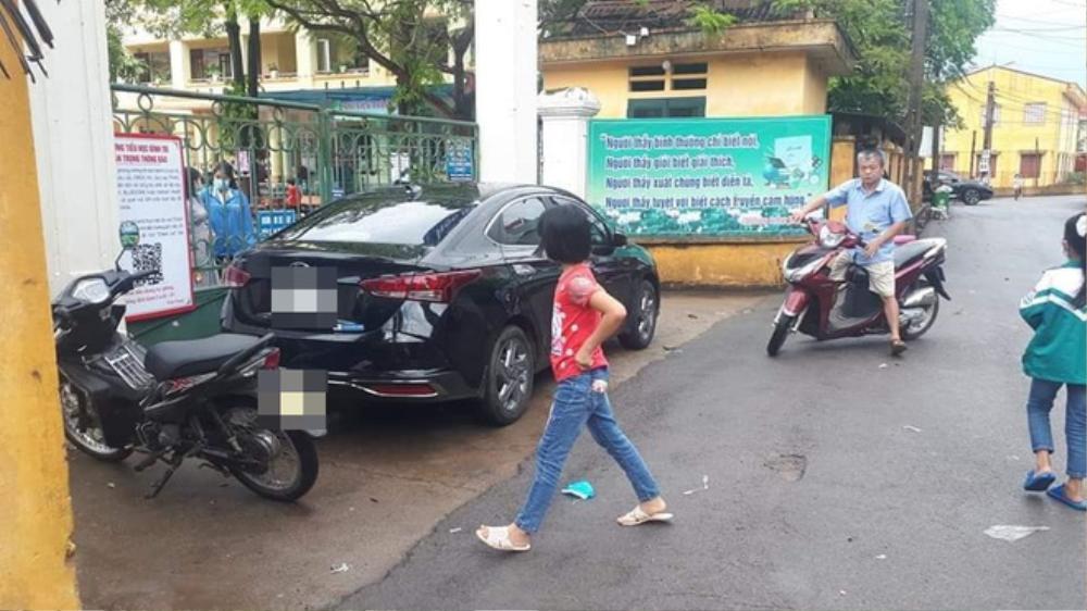 Tài xế ô tô đậu xe chắn ngang cổng chính trường học khiến nhiều người ngao ngán Ảnh 3