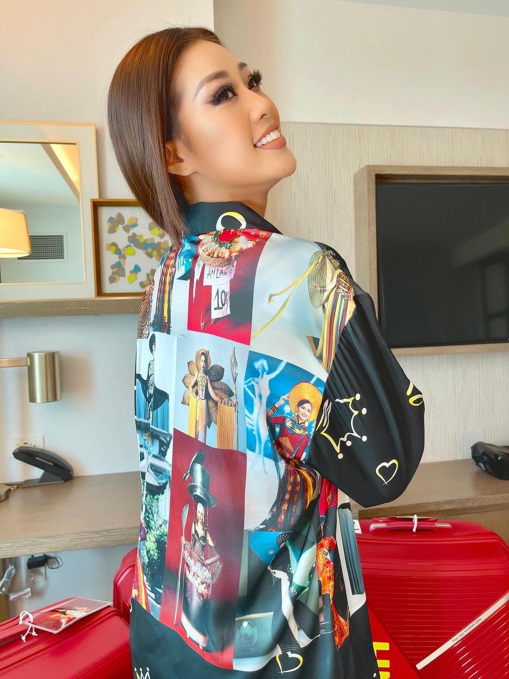 Khánh Vân chơi lớn với trang phục in hình 'đại gia đình Hoàn vũ' để tiếp thêm lửa tại Miss Universe Ảnh 1