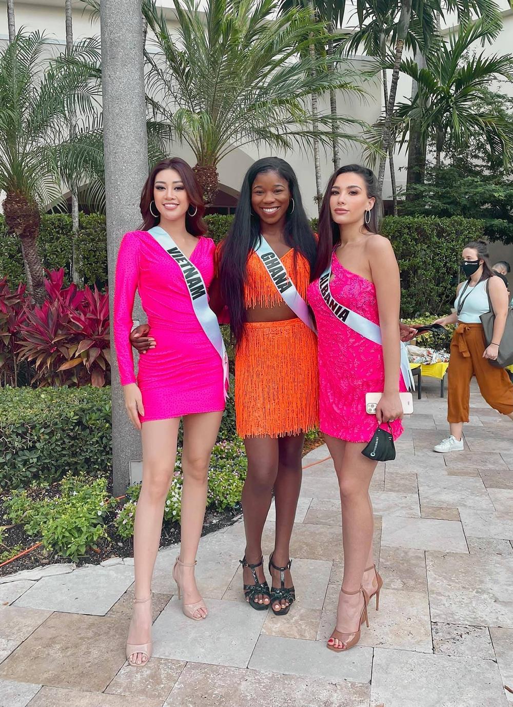 Khánh Vân thị phạm tiếng Việt cho đại diện Albania, tỏa sáng rực rỡ với đầm hồng tại Opening Introduction Ảnh 6