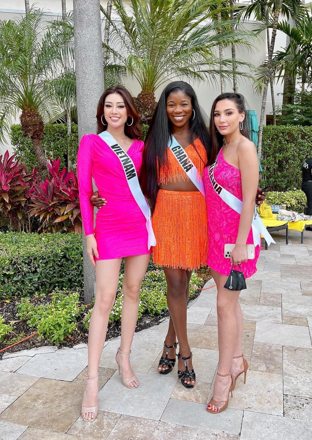 Khánh Vân thị phạm tiếng Việt cho đại diện Albania, tỏa sáng rực rỡ với đầm hồng tại Opening Introduction Ảnh 7