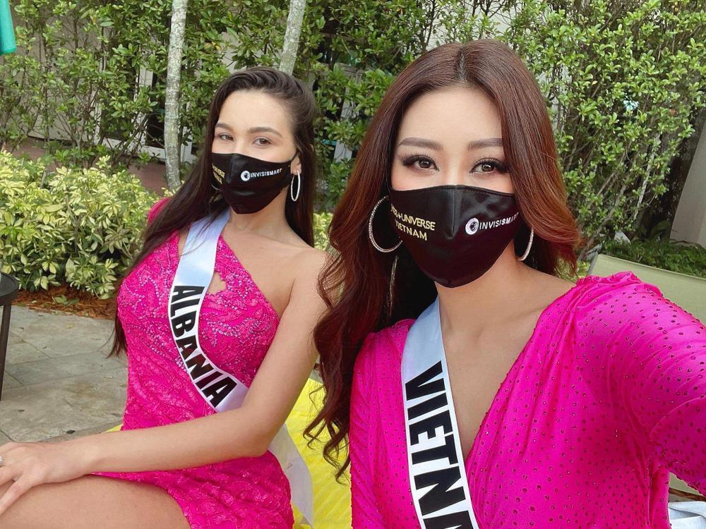 Khánh Vân thị phạm tiếng Việt cho đại diện Albania, tỏa sáng rực rỡ với đầm hồng tại Opening Introduction Ảnh 1