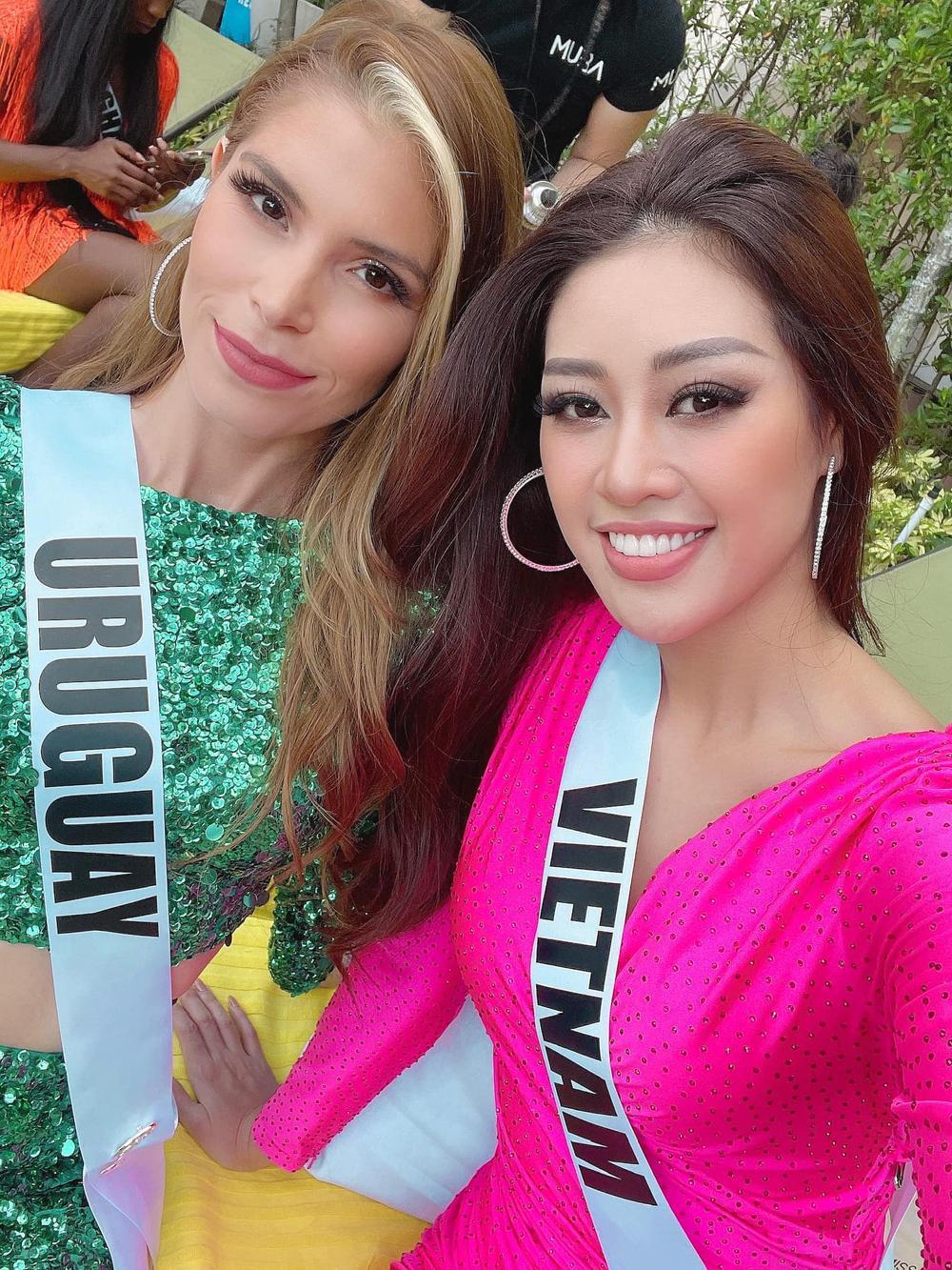 Khánh Vân thị phạm tiếng Việt cho đại diện Albania, tỏa sáng rực rỡ với đầm hồng tại Opening Introduction Ảnh 3