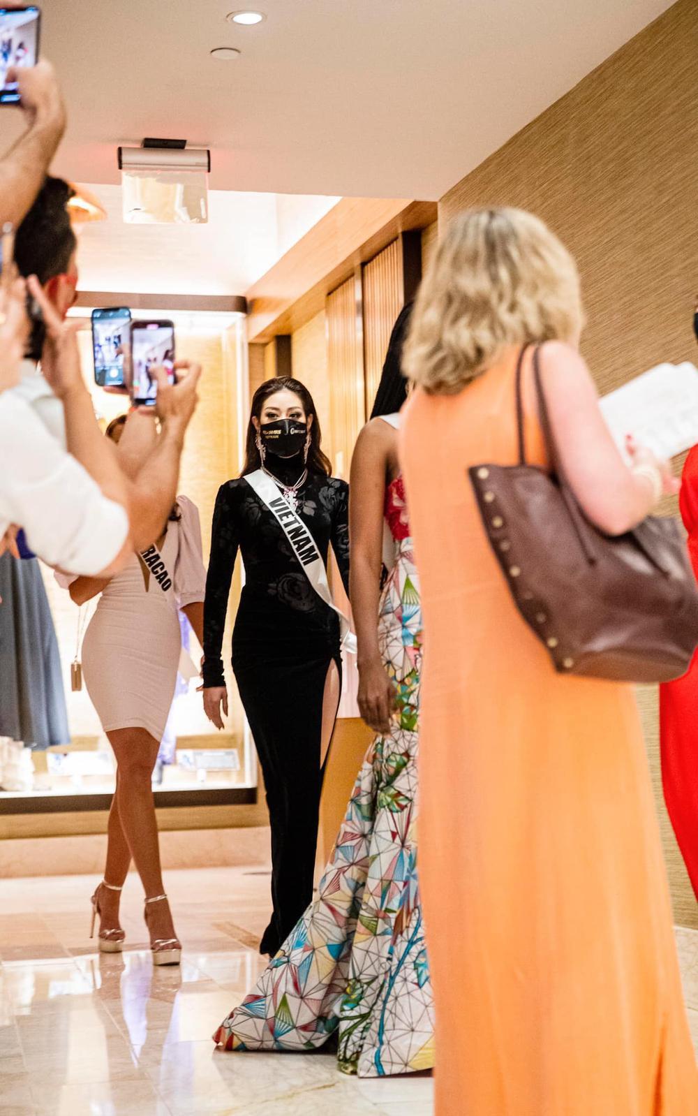 Khánh Vân triệt để đường cong với bộ váy hoa hồng nhung đen: Vừa quyền lực vừa sang trọng hết cỡ Ảnh 1