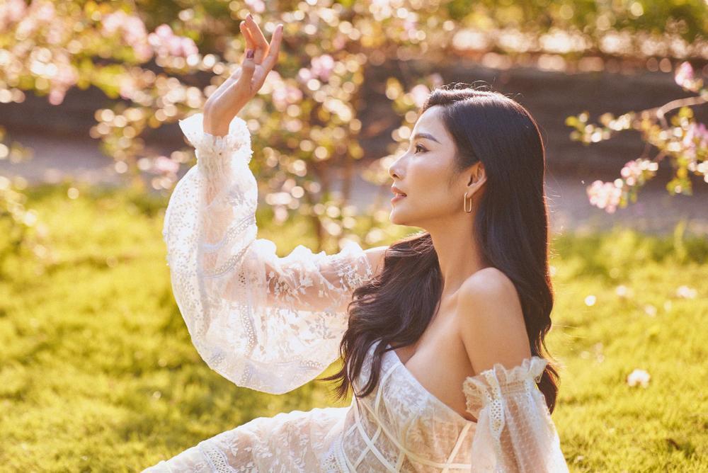 Chung một chiếc váy mỏng như sương, Hoàng Thuỳ - Mai Phương Thuý khiến fan 'đại chiến' Ảnh 7
