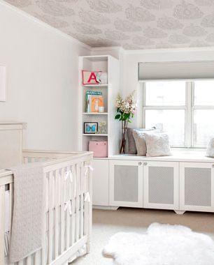 Điểm nhấn trong căn phòng này là hình vẽ trên trần nhà còn tường và các đồ vật có gam màu trắng chủ đạo.