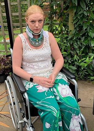 Bây giờ Pighills phải đeo vòng cố định cổ và ngồi xe lăn cả ngày.