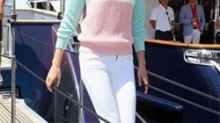 Người mẫu Karolina Kurkova chọn một chiếc quần denim trắng với một chiếc áo len pastel màu sáng cùng đôi giày slip on cho một ngày du thuyền đầy nắng.