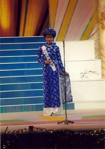 chiếc áo dài gấm màu xanh mang đậm nét truyền thống.
