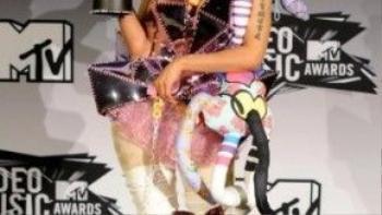 """Vẫn trung thành bước đi """"một mình một lối"""" trong thời trang, Nicki Minaj chưa từng tỏ ra thất thế trước bất kỳ nghệ sĩ """"quái tính"""" nào."""