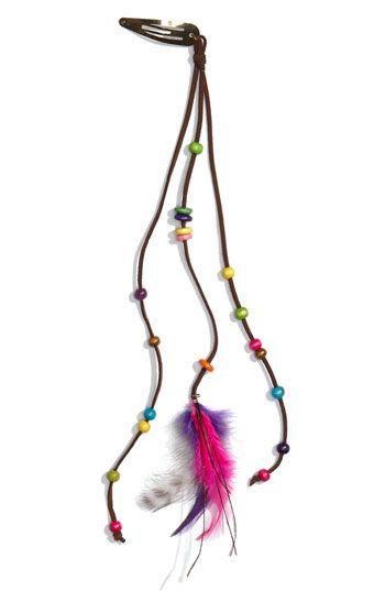Thay vì những sợi tóc ánh kim, chiếc kẹp tóc gắn hạt cườm và lông vũ này được coi là điểm nhấn phong cách cho những cô nàng cá tính.