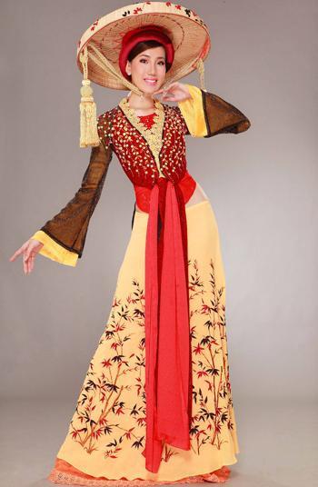 Nói về lựa chọn táo bạo này, Quyên cho biết, đây chỉ là ý định làm mới một chút của cô, bởi trước giờ thế giới vốn quen trang phục truyền thống Việt Nam qua hình ảnh chiếc áo dài.