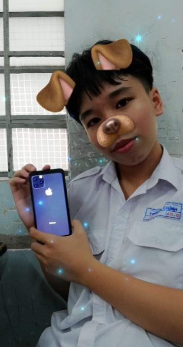 Còn nam sinh này thì lại sử dụng…ốp lưng Iphone 11