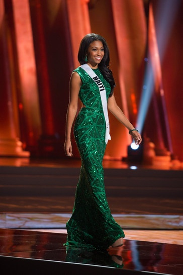 9. Hoa hậu Haiti – Lisa Drouillard đẹp hoàn hảo trong bộ cánh khoe đường cong cuốn hút trên sân khấu bán kết Miss Universe 2015.