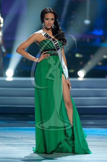 8. Hoa hậu Hoàn vũ Indoneisa – Nadine Alexandra Dewi Ames khoe đôi chân dài miên man trong thiết kế xẻ đùi bất tận ở kỳ Miss Universe 2011.