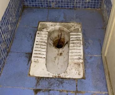 Bồn cầu ố vàng, cáu bẩn, không được dọn rửa thường xuyên.