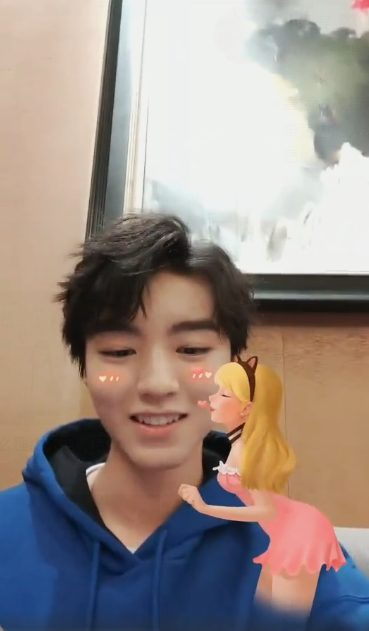 Vương Tuấn Khải xấu hổ cầu cứu người hâm mộ vì hiệu ứng sticker trong livestream của mình ảnh 7