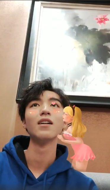 Vương Tuấn Khải xấu hổ cầu cứu người hâm mộ vì hiệu ứng sticker trong livestream của mình ảnh 5