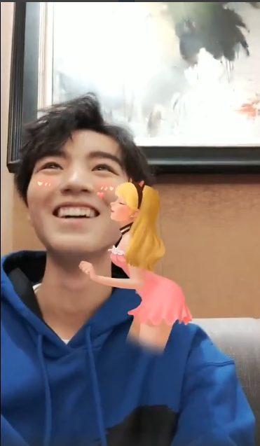 Vương Tuấn Khải xấu hổ cầu cứu người hâm mộ vì hiệu ứng sticker trong livestream của mình ảnh 6