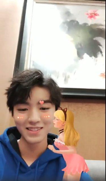 Vương Tuấn Khải xấu hổ cầu cứu người hâm mộ vì hiệu ứng sticker trong livestream của mình ảnh 8
